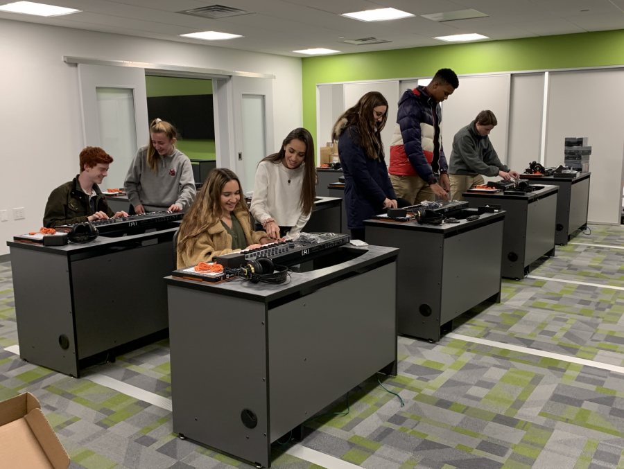 Eager+students+check+out+the+new+technology+located+in+the+CID.
